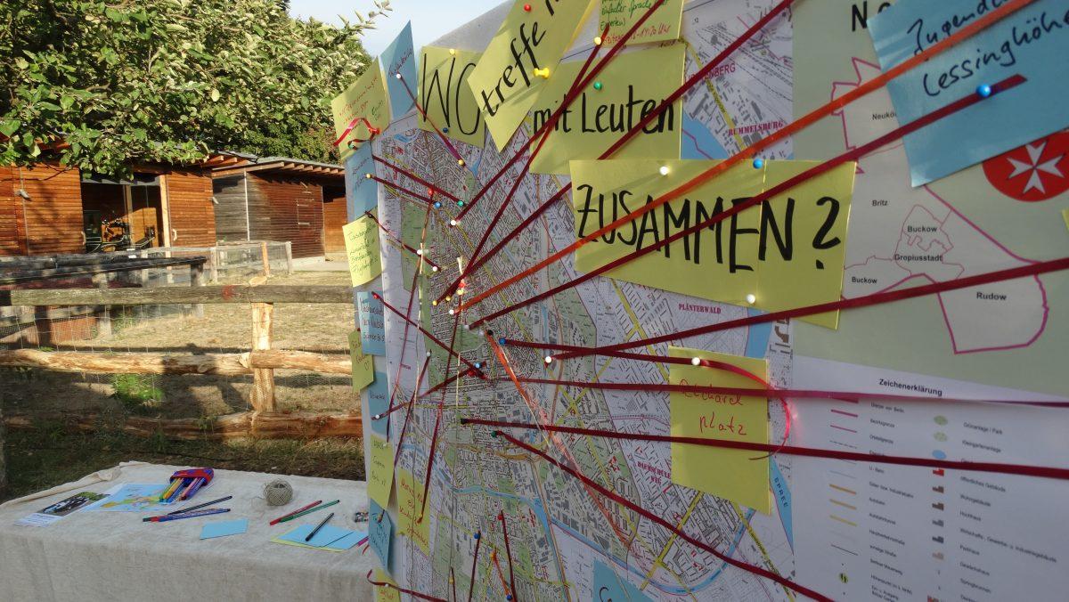 Rote Fäden über einen Stadtplan zeigen ein Netzwerk